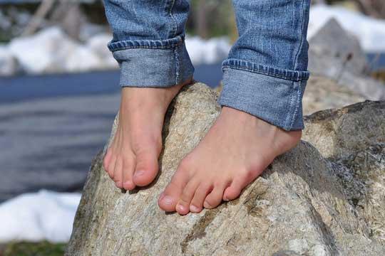 Mit Kindern barfuß laufen: Warum es so schön ist, den Boden unter den nackten Füßen zu spüren!