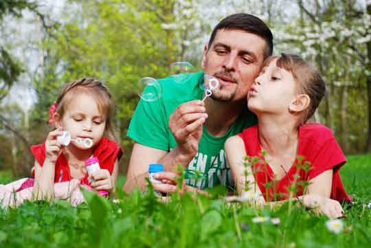 Warum unterschiedliche Erziehungsstile von Mama & Papa gut sind & wie viel Papa ein Kind braucht