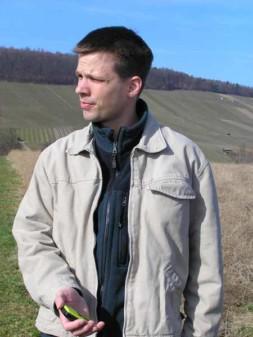 Christian auf der Suche nach unserem ersten Geocache